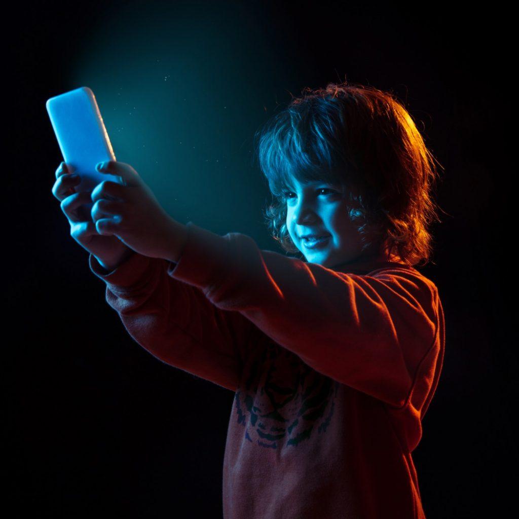 Pierwszy smartfon dla dziecka - kiedy, jaki, za ile?